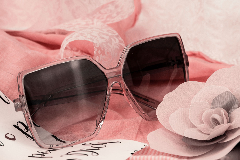 Trendige Sonnenbrillen und Taschen zum Frühlingserwachen